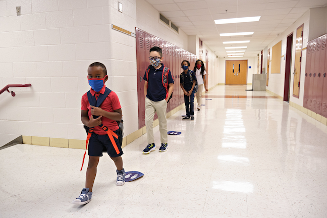 Students pass through the halls at a Dallas ISD elementary school. (Photo: Dallas ISD)
